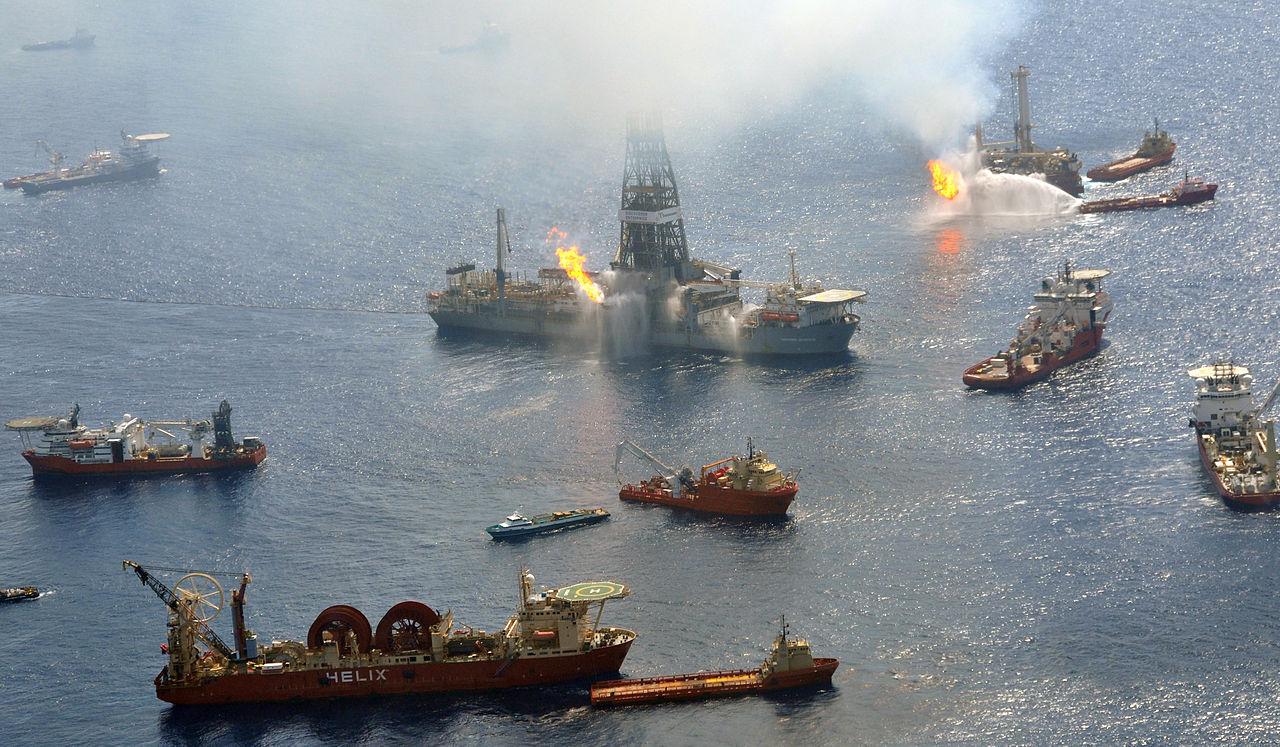 Barcos luchan por extinguir el fuego en Deepwater Horizon